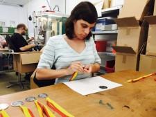Fertigung der Erinnerungsmedaillen bei den Hagsfelder Werkstätten. Foto: KA-PF
