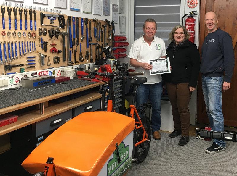 Von Gerhard W. Kessler (l.) ausgezeichnet: Rita Schwander-Ritter und Frank Troffer von der Firma Velorep. Foto: pm